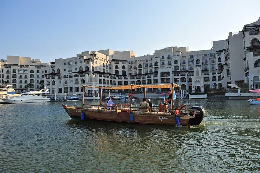 Водное такси начинает ходить по мангровым зарослям в Абу-Даби